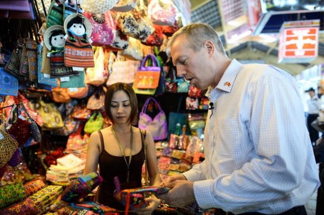 2.ไปตลาด:หนึ่งในตลาดที่ใหญ่ที่สุดและน่าสนใจที่สุดที่นี่คือตลาด Ben Thanh นักท่องเที่ยวสามารถเพลิดเพลินกับอาหารบนทางเท้าราคาถูกและซื้อของที่ระลึก เช่น โคมไฟ พัดลม ผ้าเช็ดตัว ชาม ตะเกียบ คุณยังสามารถอ้างอิงราคาก่อนและต่อรองราคาเล็กน้อยได้