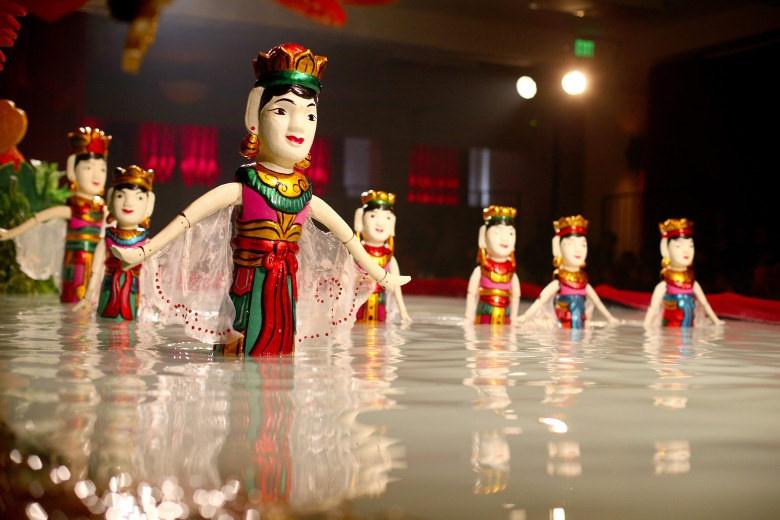 4.ดูการแสดงหุ่นกระบอกน้ำ:คุณสามารถชมหุ่นกระบอกน้ำที่มีความยืดหยุ่นบนเวทีน้ำได้ที่โรงละคร Golden Dragon การแสดง 50 นาที ดำเนินการทุกวันตั้งแต่ 17:00 ถึง 18:30 โดยมีราคาตั๋วประมาณ 230,000 VND