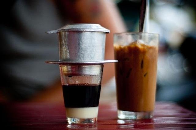 6.ดื่มกาแฟ:คุณสามารถเพลิดเพลินกับกาแฟนับไม่ถ้วนในทุกมุมของเมือง อย่าพลาดโอกาสที่จะลองชิมกาแฟนมเย็น ๆ แสนอร่อยบนทางเท้าหรือตามสวนสาธารณะ