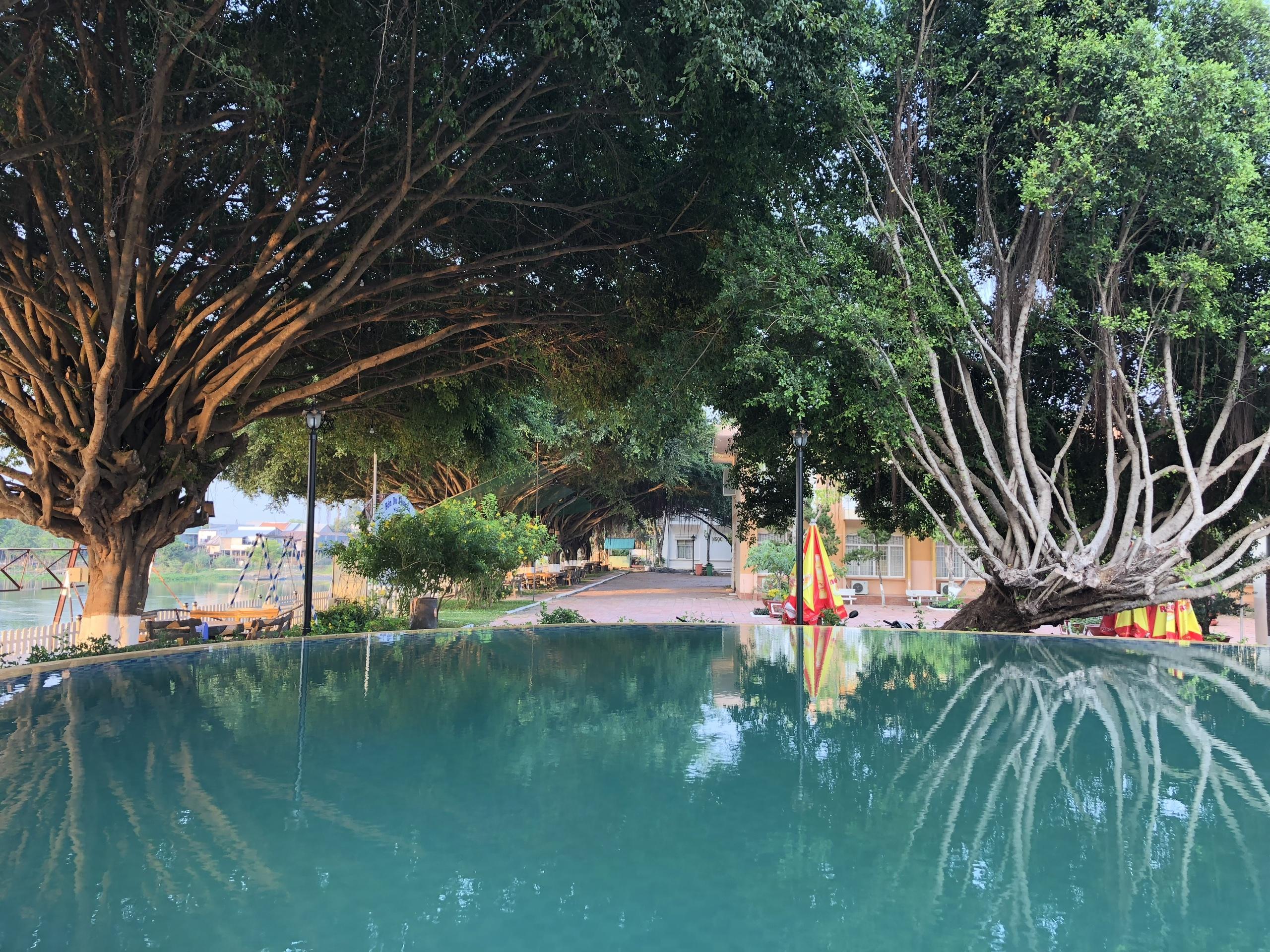hồ bơi tuyệt đẹp tại khách sạn Châu Đốc