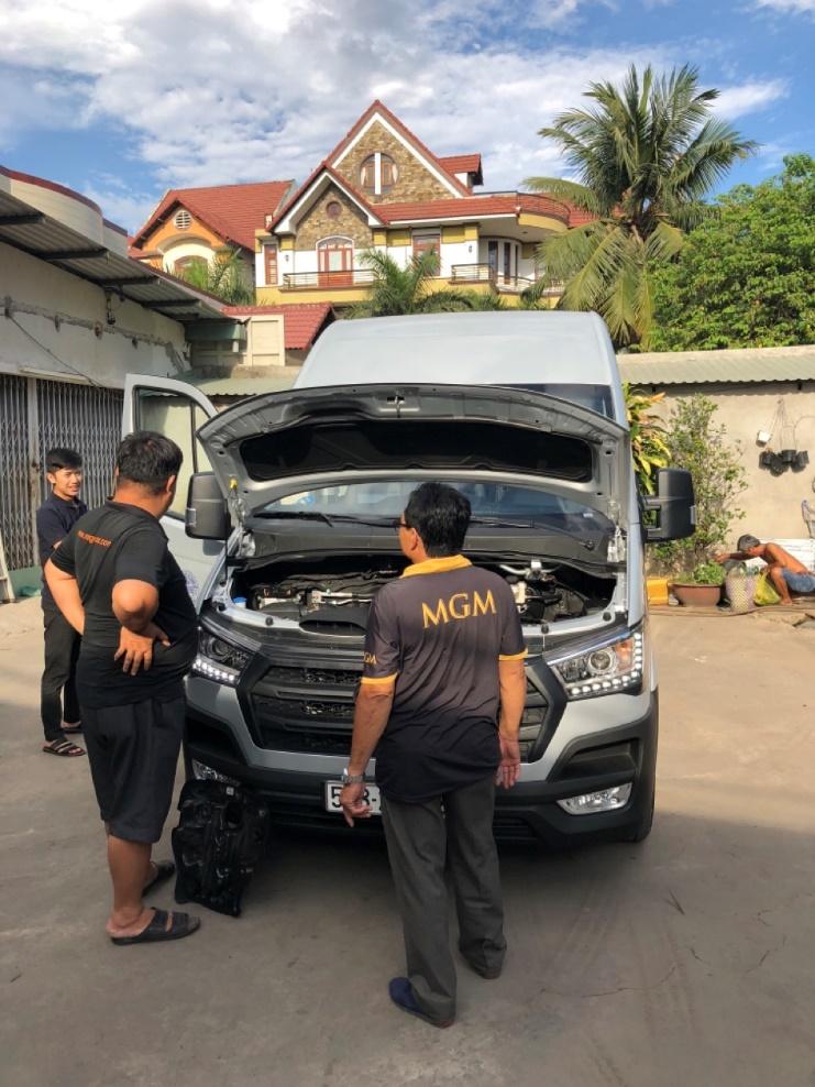 Nhân viên kỹ thuật MGMcar luôn kiểm tra xe cẩn thận trước khi đi và về