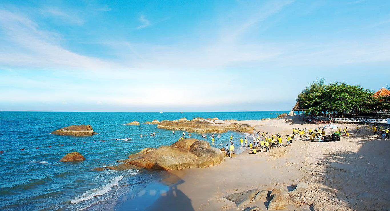Biển Long Hải trong xanh mời gọi du khách