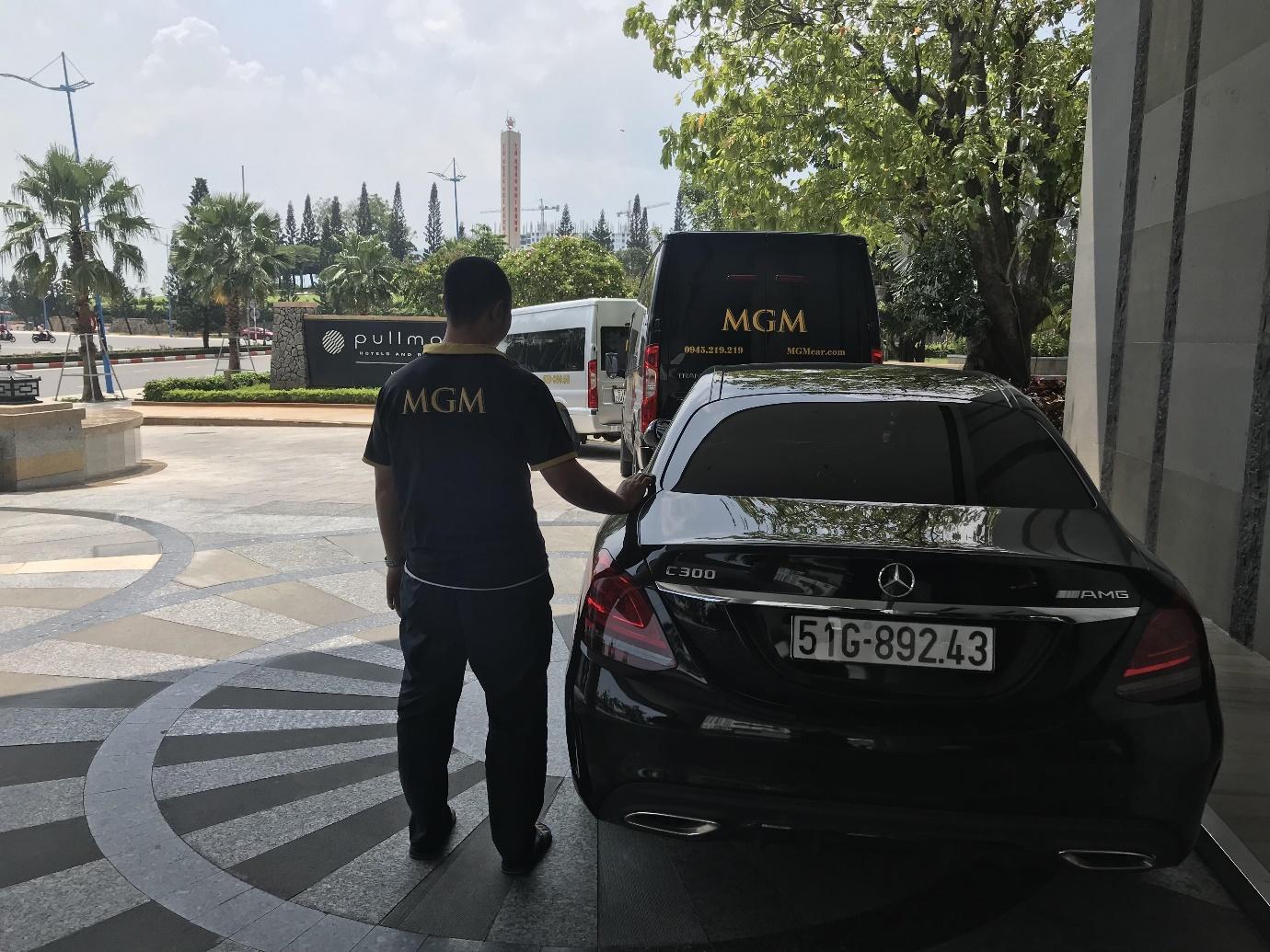 Lái xe MGM hỗ trợ đưa hành lý đoàn khách vào trong Khách sạn Pullman 5 sao