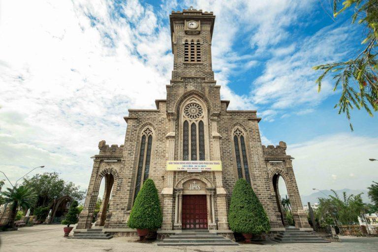 Nhà thờ đá vững chãi giữa đất trời