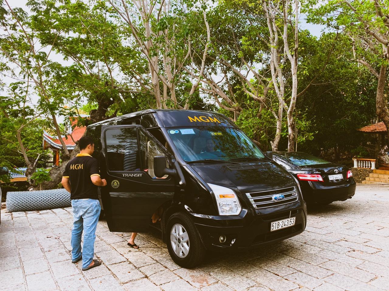Lái xe MGM đang mở cửa phục vụ Khách thuê xe 16 chỗ đi biển Long Hải
