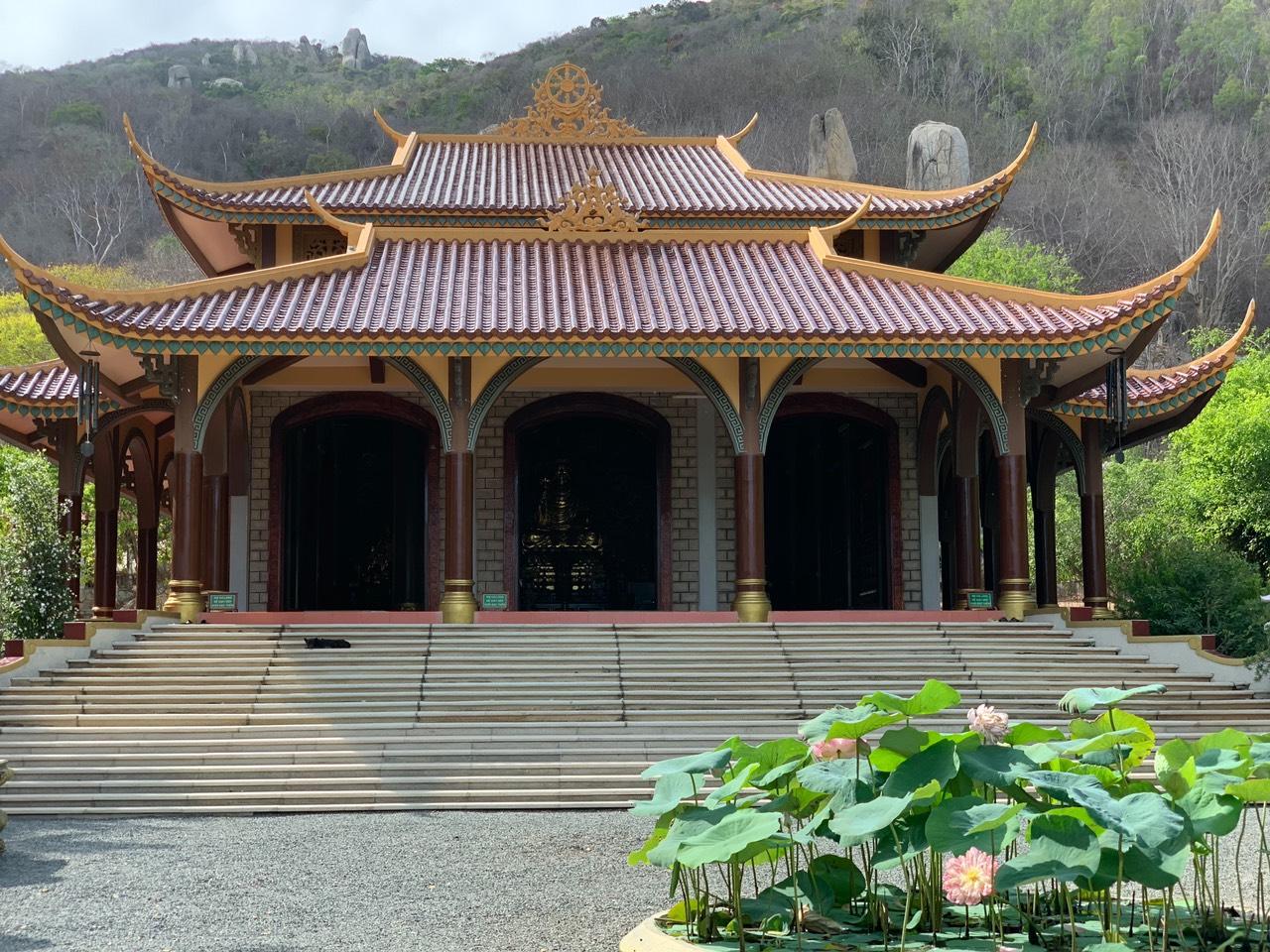 Thiền Viện Trúc Lâm Chân Nguyên điểm du lịch tâm linh khi thuê xe 16 chỗ đi Long Hải
