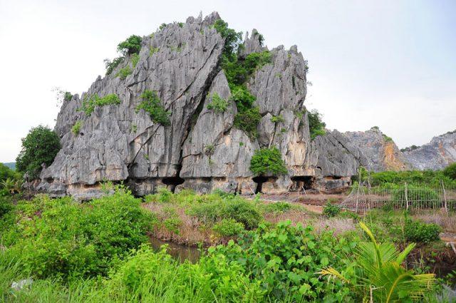 Núi đá dựng sừng sững giữa đất trời
