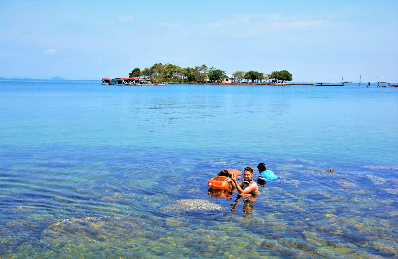 Du khách lặn biển ngắm san hô tại Đảo Hải Tặc