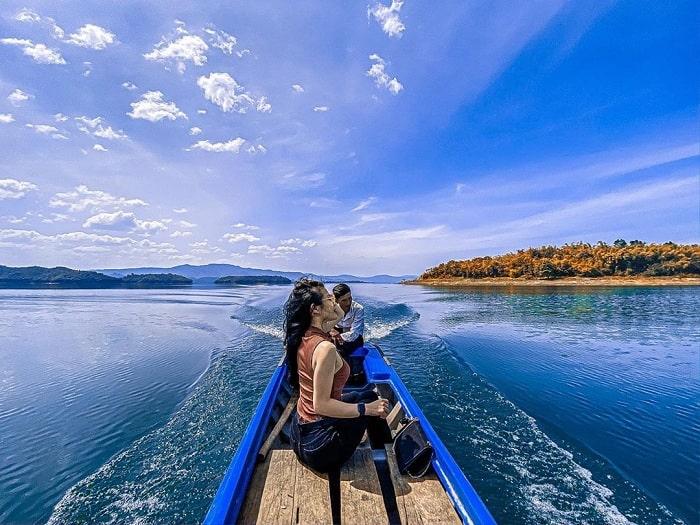 Đi thuyền giữa Tà Đùng