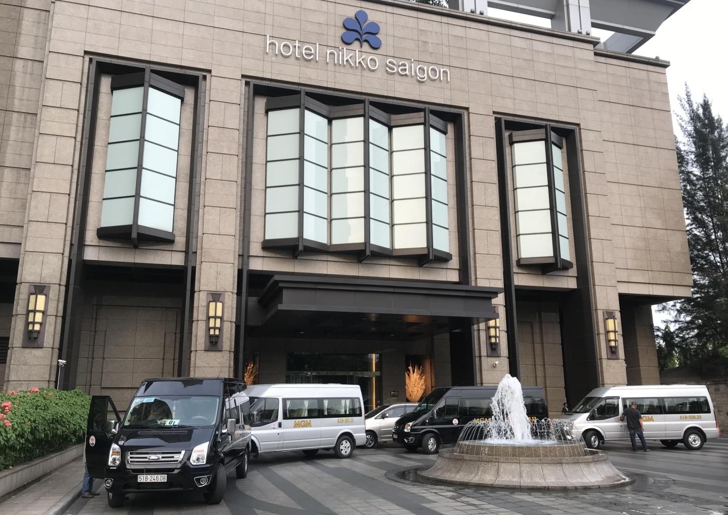 Nhóm xe 16 chỗ đang phục vụ đoàn Khách Nhật tại Khách sạn Nikko 5 sao